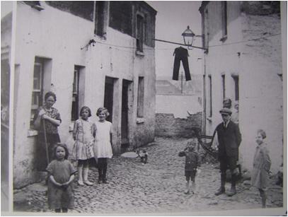 Laneway in early twentieth century Cork (source: Cork City Library)