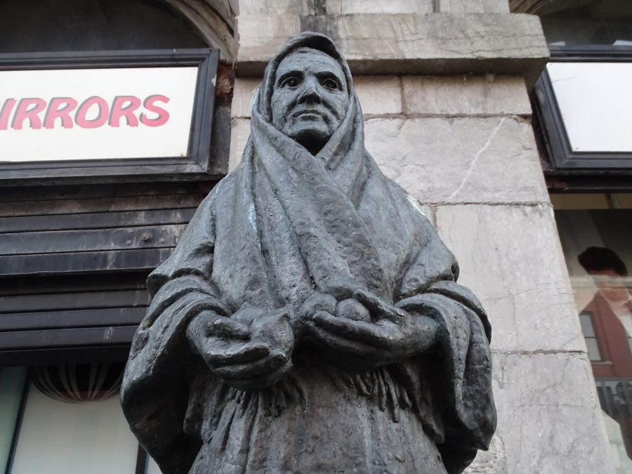 A sculpture by Seamus Murphy called The Onion Seller on present day Cornmarket Street, Cork; it was presented to Cork Corporation by Ray Doherty of the Cork Franchise of McDonalds, May 1995 (picture: Kieran McCarthy)